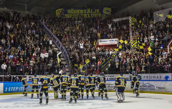 SöšdertŠljes spelare jublar fansen. Foto: Kenta Jšönsson / BILDBYRŁN /