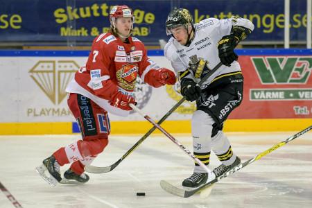 Almtunas Erik Flood och AIK:s Joakim Thelin under slutspelsserien i Hockeyallsvenskan mellan Almtuna och AIK. Foto: Erik Simander / BILDBYRÅN