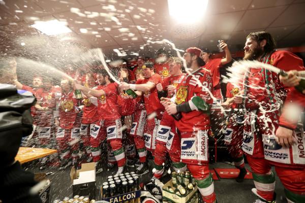Morasspelare jublar i omklŠdningsrummet efter slutsignalen under ishockeymatchen i direktkvalet till SHL mellan Mora och Leksand den 1 april 2017 i Mora. Foto: Daniel Eriksson / BILDBYRÅN